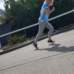 Auch die Baldwin-Street (steilste Straße der Welt) in Neuseeland stellt für das Eschathlon-Shirt keine Hindernisse dar