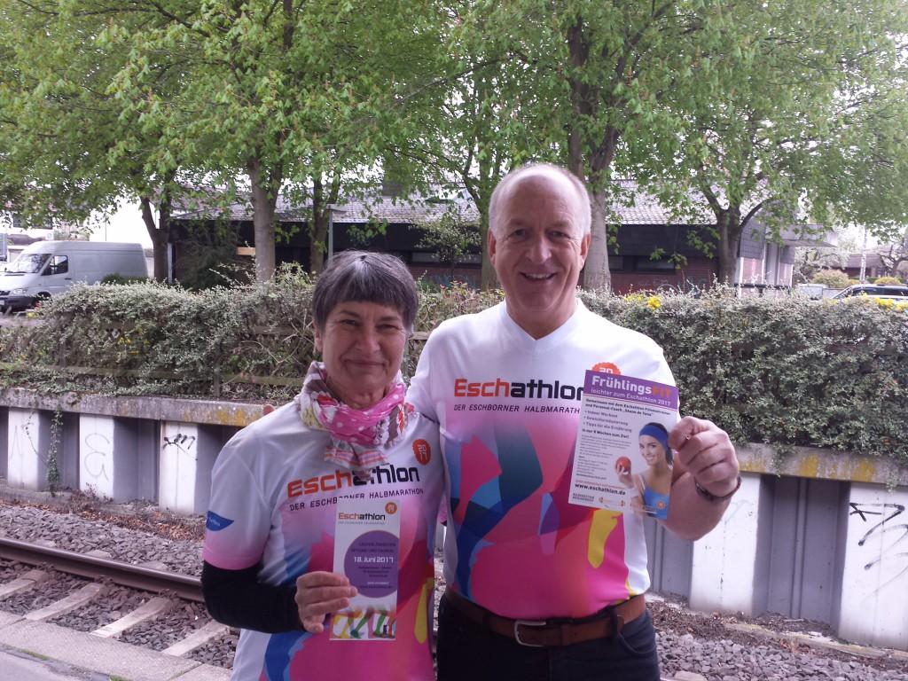 Diana Jordan und Jürgen Wrona vom Eschathlon-Organisationsteam haben kürzlich bei Pendlern und Eschbornern für den Eschathlon geworben: Laufen, helfen, anfeuern an der Strecke und/oder mitfeiern auf dem Rathausplatz – alles ist möglich: eschathlon.de